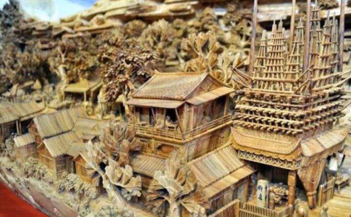 Sculptura de lemn a artistului Zheng Chunhui