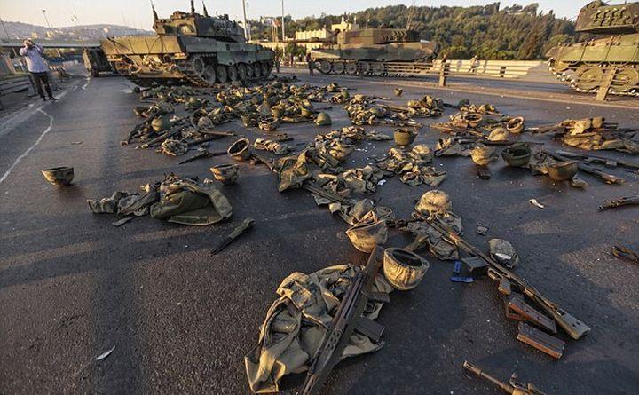 Arme predate de soldaţii turci rebeli pe Podul Bosfor.