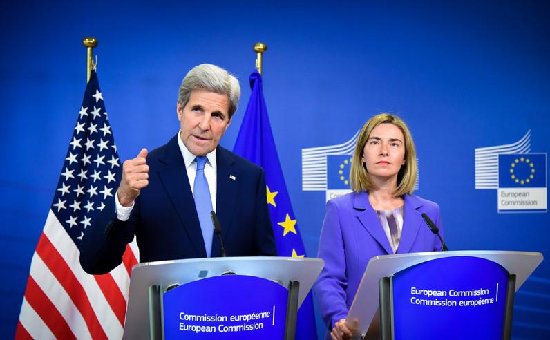 John Kerry (st) şi Federica Mogherini la sediul Comisiei Europene în Bruxelles, 18 iulie 2016.