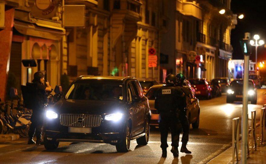 Poliţişti francezi verifică automobile în centrul oraşului Nisa.