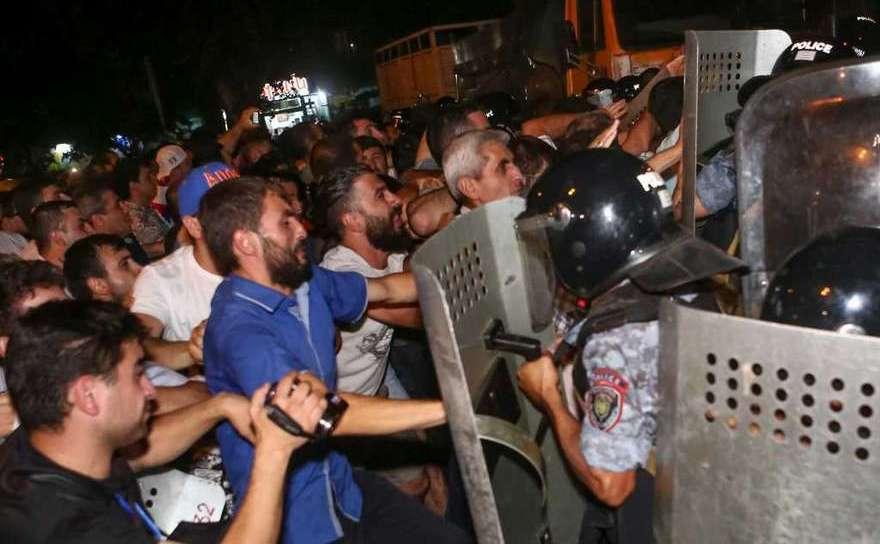 Manifestanţii se luptă cu poliţia în apropierea unei secţii de poliţie în Erevan, Armenia, 20 iulie 2016.