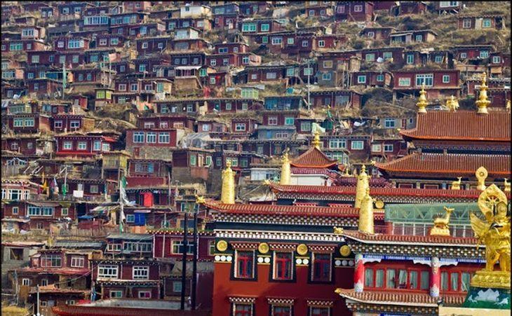 Centrul Larung Gar din Tibet.