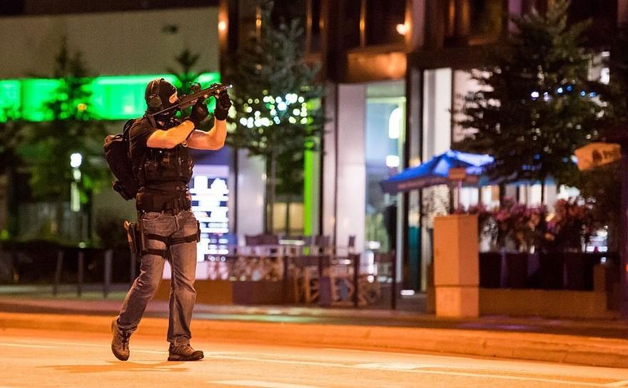 Ofiţer de poliţie verifică mai multe clădiri în apropierea centrului de cumpărături Olympia din Munchen, 22 iulie 2016.
