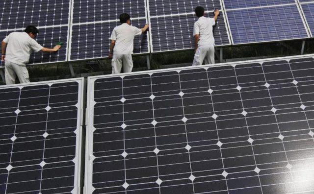 Pe lângă industriile oţelului şi aluminiului deosebit de afectată de importurile ieftine chinezeşti este branşa energiei solare.