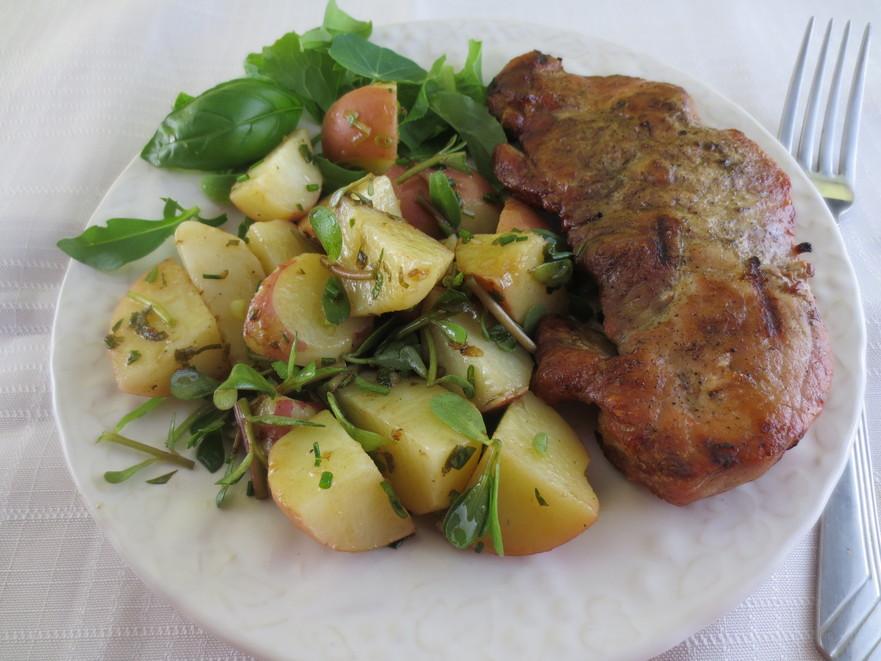 Salata de cartofi noi cu iarbă grasă