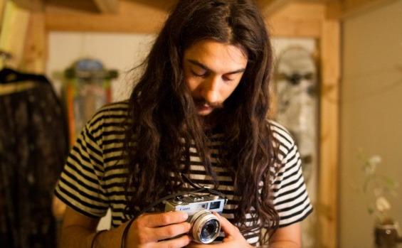 Max Williams este un tânăr român abandonat de mic într-o maternitate din Giurgiu, adoptat de o familie australiană