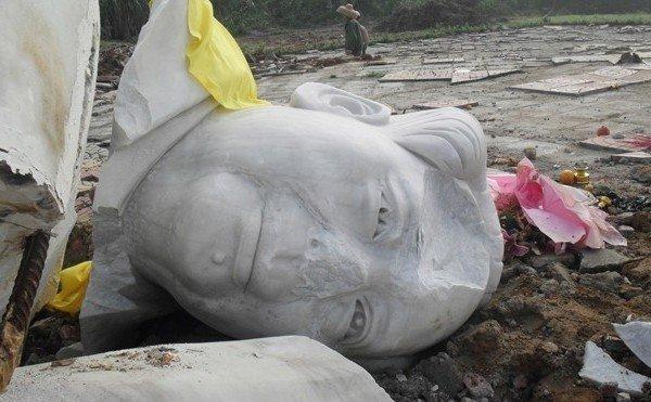 Statuie a lui Mao, distrusă în oraşul Wenchang, Proviciaz Hainan, 2011.