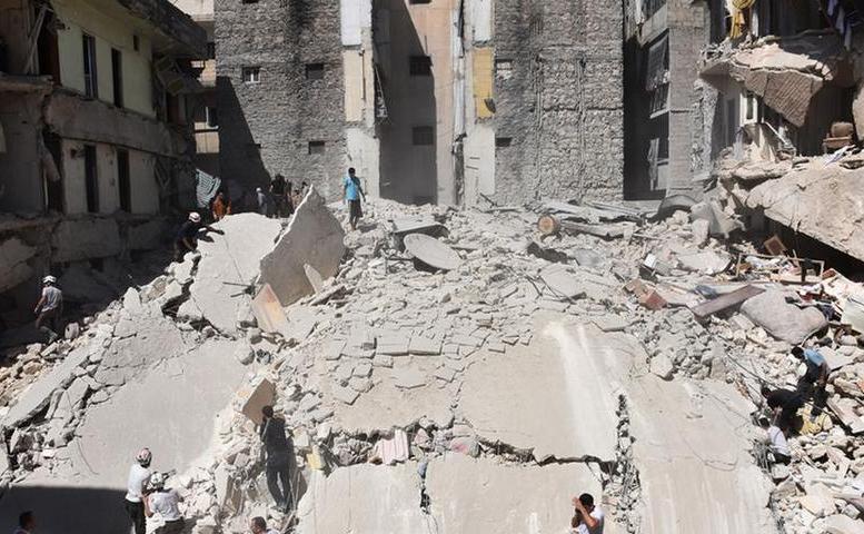 Echipe de căutare şi salvare inspectează locul unui atac cu bombe-butoi în districtul Mashhad din oraşul sirian Alep, în iulie 2016.