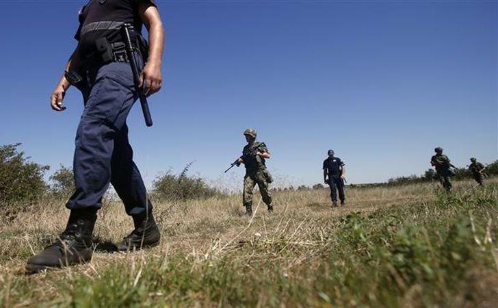 Soldaţi şi grăniceri sârbi patrulează în apropiere de frontiera sârbo-bulgară, în apropiere de punct de frontieră Vrska Cuka, 15 august 2016.