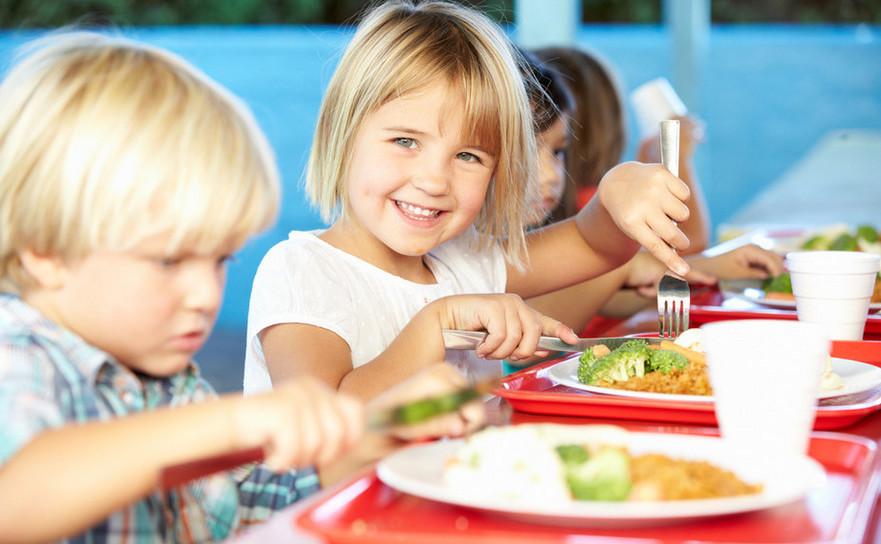 Copii mâncând la şcoală