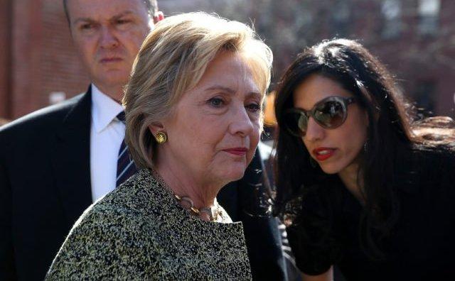 Candidata la prezidenţiale din partea democraţilor Hillary Clinton (stânga) discutând cu consiliera sa Huma Abedin (dreapta) pe 17 aprilie 2016 la Brooklyn, New York City.