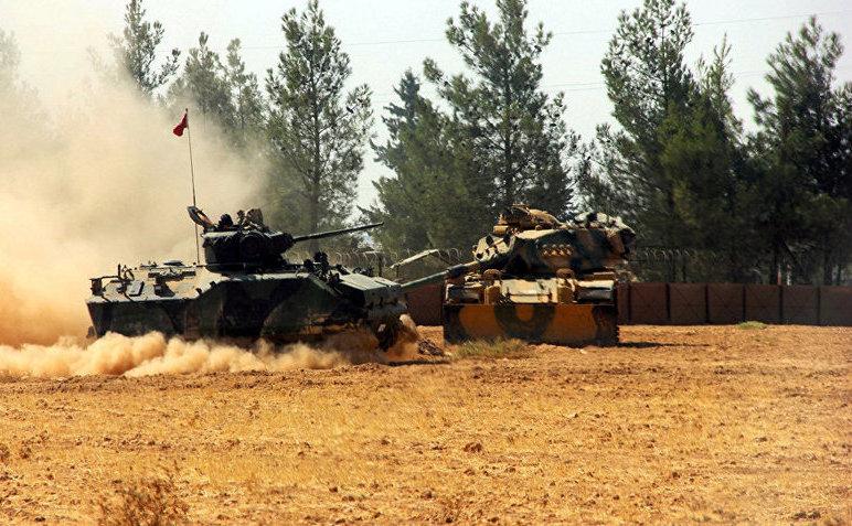 Un tanc şi un blindat al armatei turce sunt staţionate în apropiere de graniţa turco-siriană în Karkamis, Turcia, 23 august 2016.