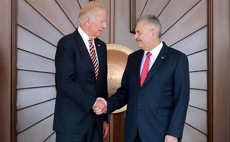 Premierul turc Binali Yildirim (dr) şi vicepreşedintele american Joe Biden la Palatul Cankaya din Ankara, 24 august 2016.