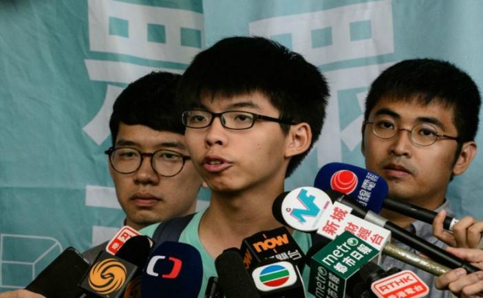 Trei dintre liderii Revoluţiei Umbrelelor, Nathan Law (stânga), Joshua Wong (centru) şi Alex Chow, 15 august 2016