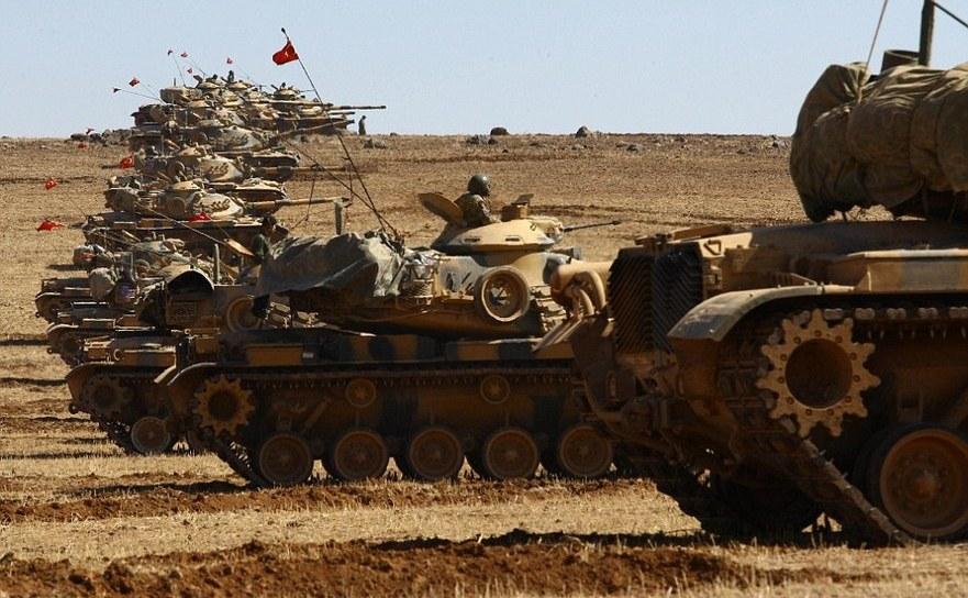 Mai multe tancuri turceşti ocupă o poziţie pe partea turcă a graniţei turco-siriene în apropiere de oraşul sirian Kobane.