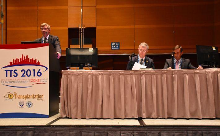 (De la st la dr) Jeremy Chapman şi Philip O'Connell, fostul şi, respectiv, actualul preşedinte al Societăţii pentru Transplanturi şi Jose Núñez de la Organizaţia Mondială a Sănătăţii, în Hong  Kong, 19 august 2016.
