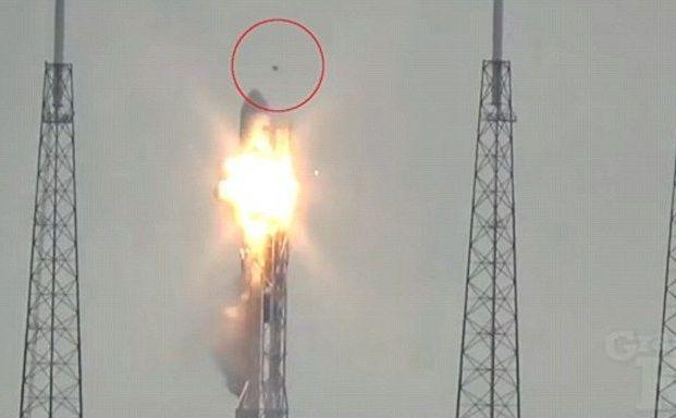Obiect neidentificat, probabil o dronă, surprins zburând deasupra complexului NASA de la Cape Canaveral secunde înaintea exploziei