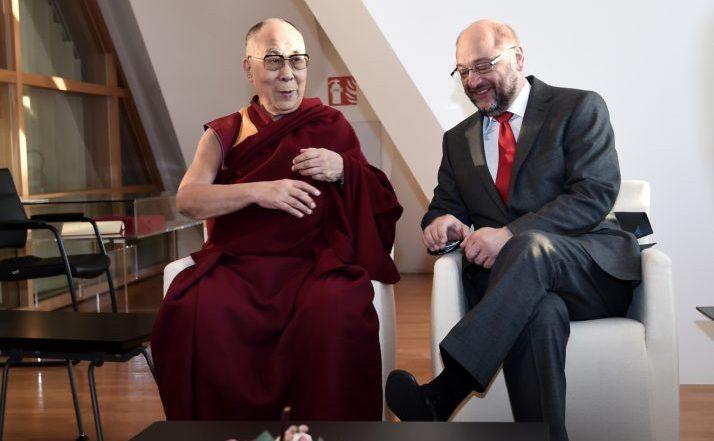 Dalai Lama este întâmpinat de preşedintele Parlamentului European, Martin Schulz, în cadrul vizitei sale la Parlamentul European de la Strasbourg