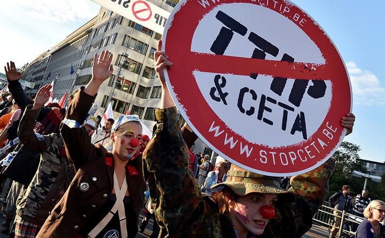 Mii de oameni protestează împotriva CETA şi TTIP în Bruxelles, 20 septembrie 2016.