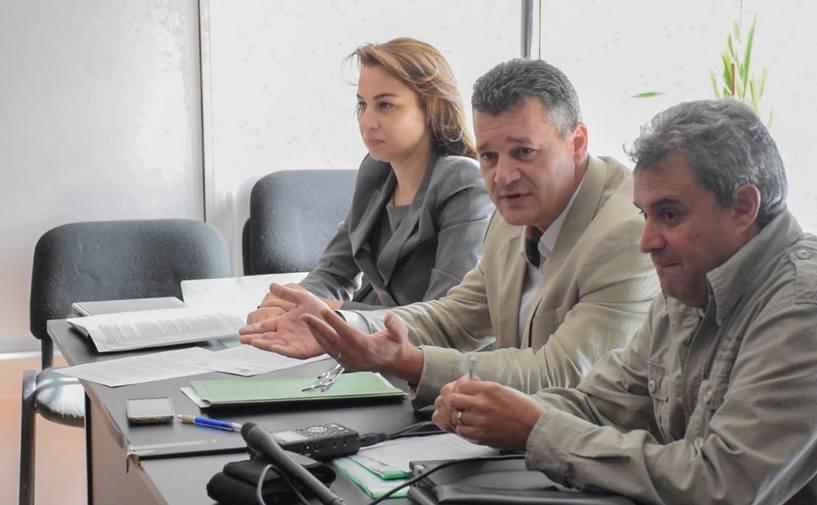 Jurnalistul Alexandru Rusu şi avocaţii săi în Comisia de disciplină prealabilă.