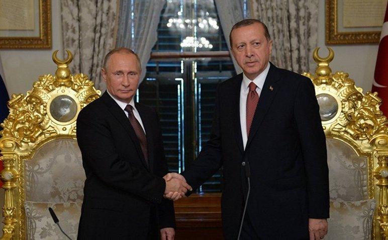 Preşedintele rus Vladimir Putin (st) şi omologul său turc Recep Tayyip Erdogan în timpul întâlnirii lor din Istanbul, Turcia, 10 octombrie 2016.