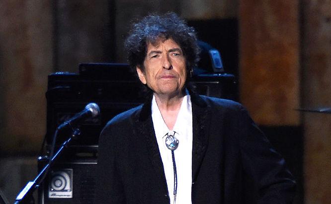Bob Dylan este, de câţiva ani, tot mai premiat. Aici apare la cea de-a 25-a aniversare MusiCares 2015 la Gala Personalitatea Anului Person , 6 februarie 2015 în Los Angeles, California.