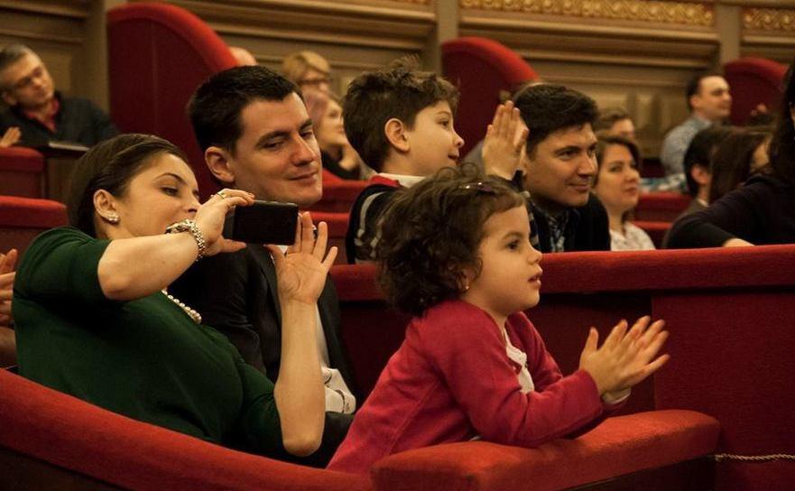 """Copii urmărind cu atenţie concertul """"Clasic e fantastic"""", la Ateneu"""