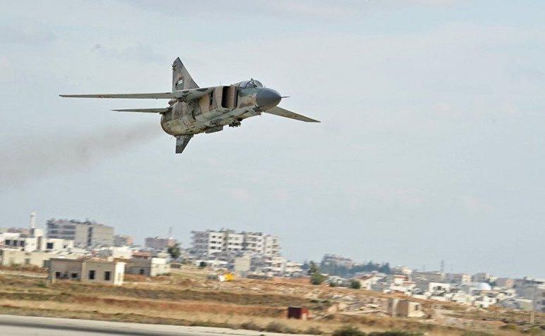 Avion de luptă sirian MiG-23 aterizează la o bază aeriană de lângă oraşul sirian Hama.