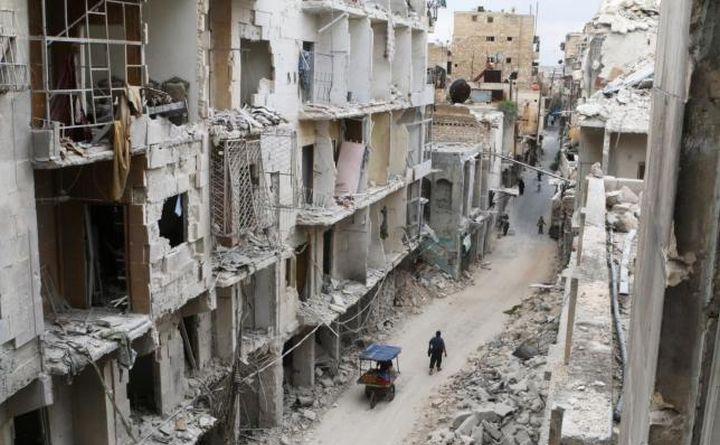 Clădiri distruse în oraşul sirian asediat Alep.
