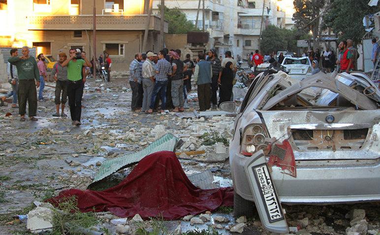 Oamenii inspectează locul unor atacuri aeriene în Idlib, Siria, 29 septembrie 2016.