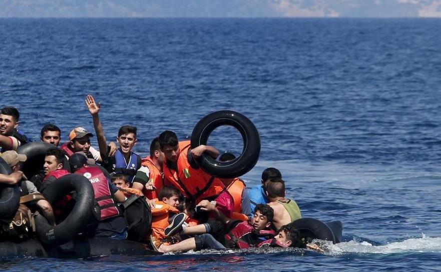 Imigranţi în Marea Mediterană într-o barcă din cauciuc.