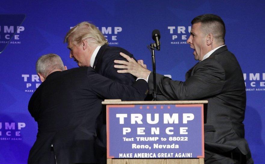 Agenţii Serviciului Secret american îl scot pe Donald Trump de pe o scenă din Nevada, SUA, 5 octombrie 2016.