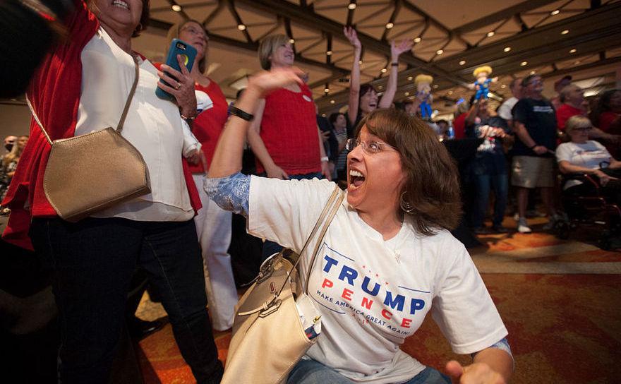 Suporteri ai lui Donald Trump din Phoenix, Arizona se bucură la aflarea veştilor despre victoria lui Trump