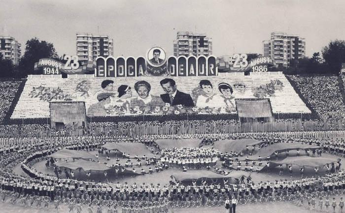 Manifestare de 23 august- ocazie cu care oamenii erau obligaţi să-şi arate cultul pentru dictatorul Ceauşescu
