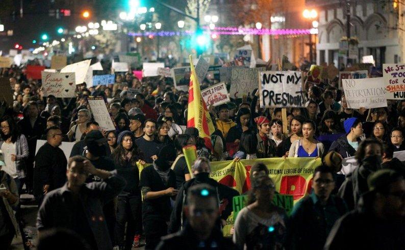 Protest anti-Trump în Oakland, statul american California, 9 noiembrie 2016.