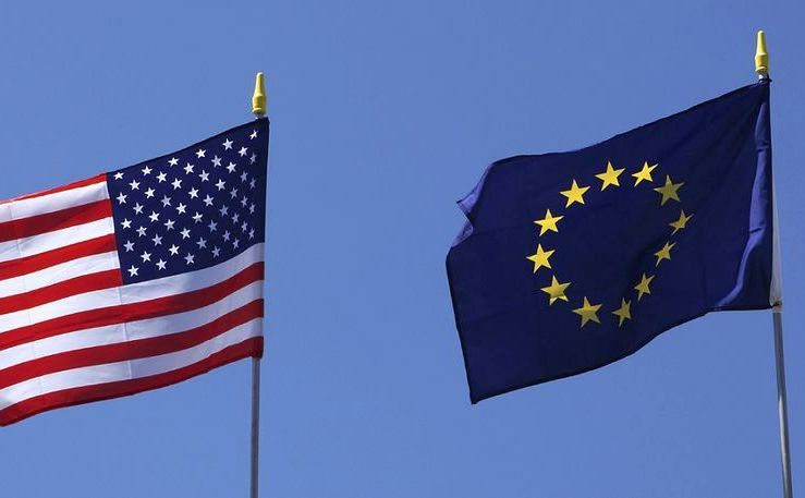 Steagul american flutură lângă cel al Uniunii Europene.