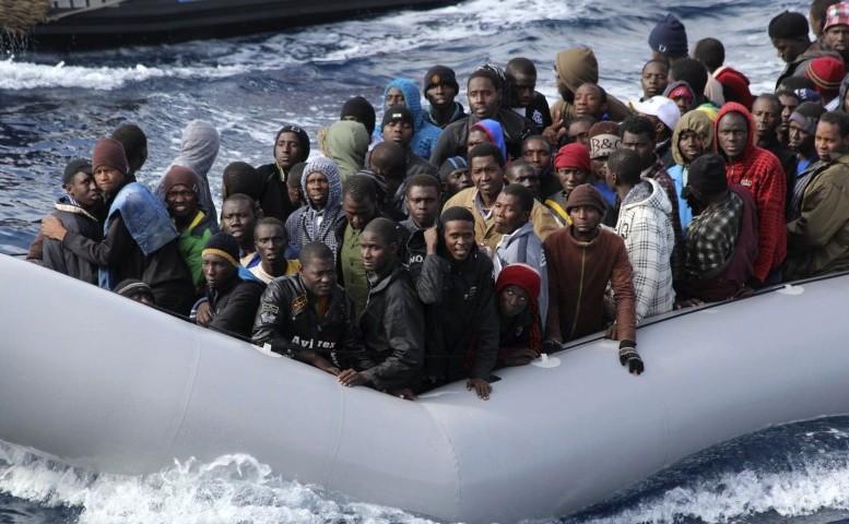 Refugiaţi ajung în Italia.