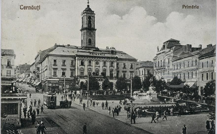 Cernăuţi, Piaţa Unirii. Primăria cu Monumentul Unirii