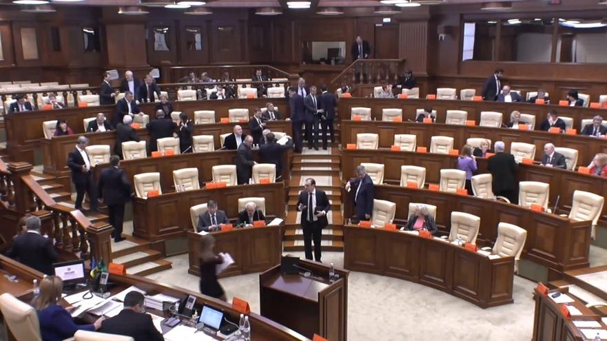 Deputaţii părăsesc plenul Parlamentului, vineri 2 decembrie