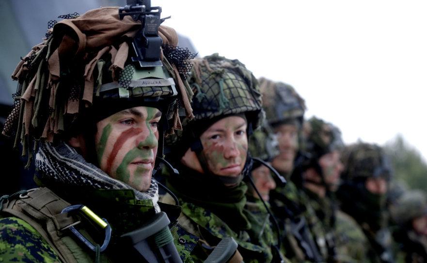 Soldaţi lituanieni împreună cu soldaţi din 11 state NATO participă la un exerciţiu militar în apropiere de Pabrade, Lituania, 2 decembrie 2016.