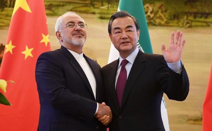 Ministrul iranian de externe Mohammad Zarif (st) dă mâna cu omologul său chinez, Wang Yi, după o conferinţă de presă comună în Beijing, 5 decembrie 2016.
