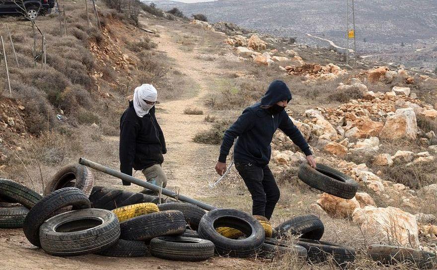 Tineri israelieni blocând intrarea în zona de colonizare Amona, 15 decembrie 2016. Coloniştii israelieni au primit o hotărâre a Înaltei Curţi care le cere să părăsească zona până la 25 decembrie, deoarece colonia a fost construită pe pământ palestinian privat