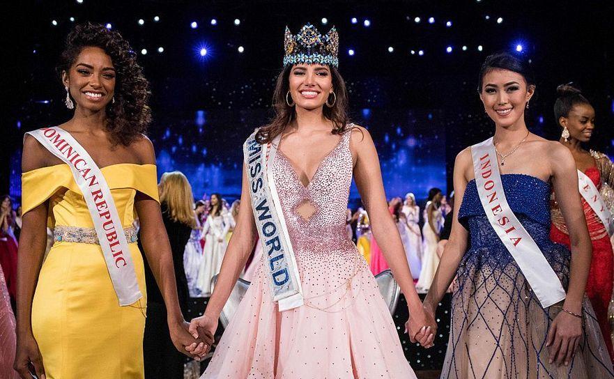 Miss Republica Dominicană, Dominican Republic Yaritza Miguelina Reyes Ramirez (S); Miss World 2016 Stephanie Del Valle din Puerto Rico (C); Miss Indonesia, Natasha Mannuela (D) , 18 decembrie 2016 în Oxon Hill, Maryland