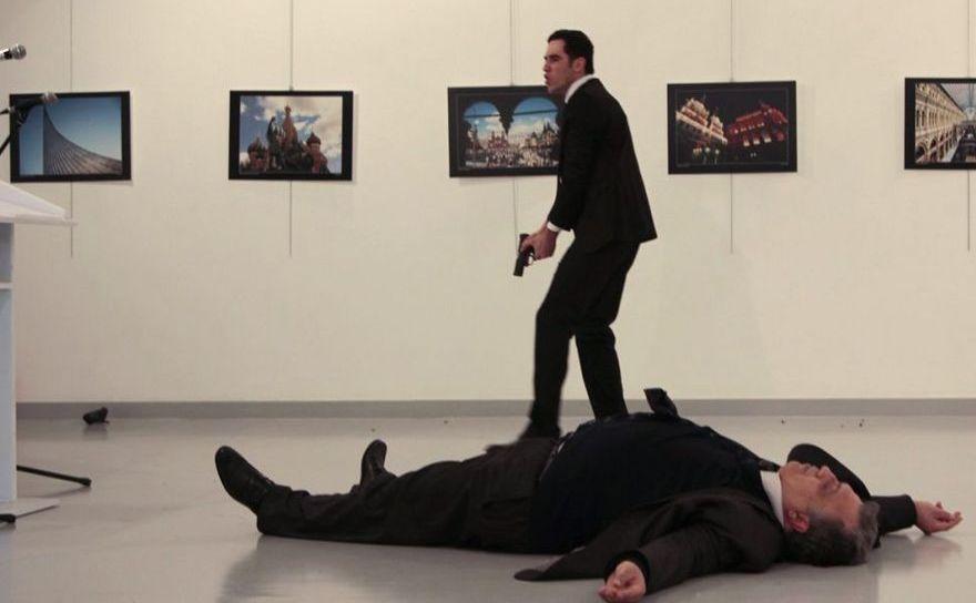 Ambasadorul rus în Turcia, Andrei Karlov (dr), împuşcat mortal de un ofiţer de poliţie turc, 19 decembrie 2016, Ankara.