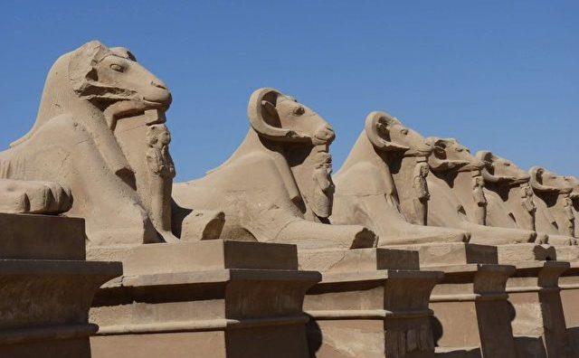 Galeria Sfinx de la Widder în faţa templului Karnak