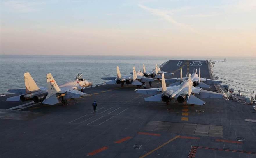 Avioane de luptă chineze J-15 aflate pe puntea portavionului Liaoning în Marea Bohai.