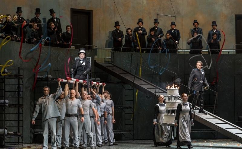 """Scenă din opera """"Lucia di Lammermoor"""", de Dinizetti, regia Andrei Şerban"""