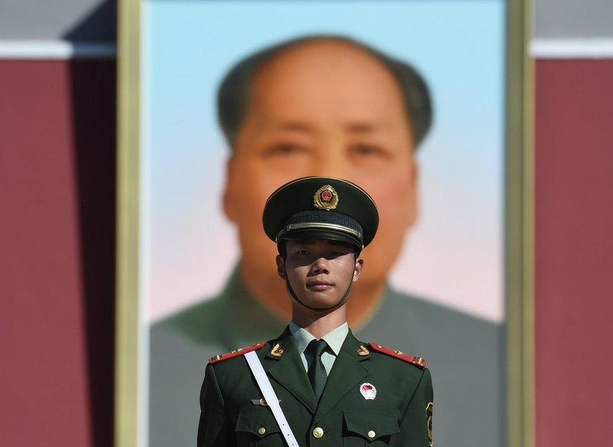 Portretul lui Mao Tsedun, cel mai mare ciminal din istoria modernă a omenirii, încă patronează Piaţa Tien-an-men din Beijing