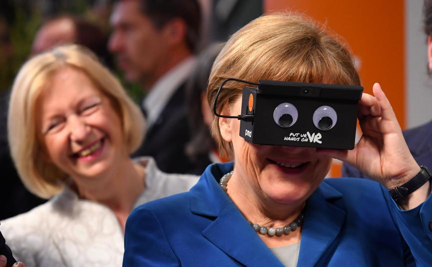 Angela Merkel încercând realitatea ireală