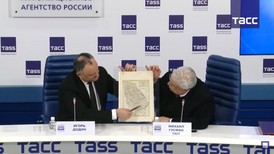 Igor Dodon le arată jurnaliştilor cadoul primit de la Putin, Moldova de la sfârşitul secolului XVII